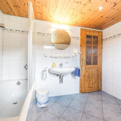 """Badezimmer der Ferienwohnung """"Reh"""" – Unterhöfenhof"""